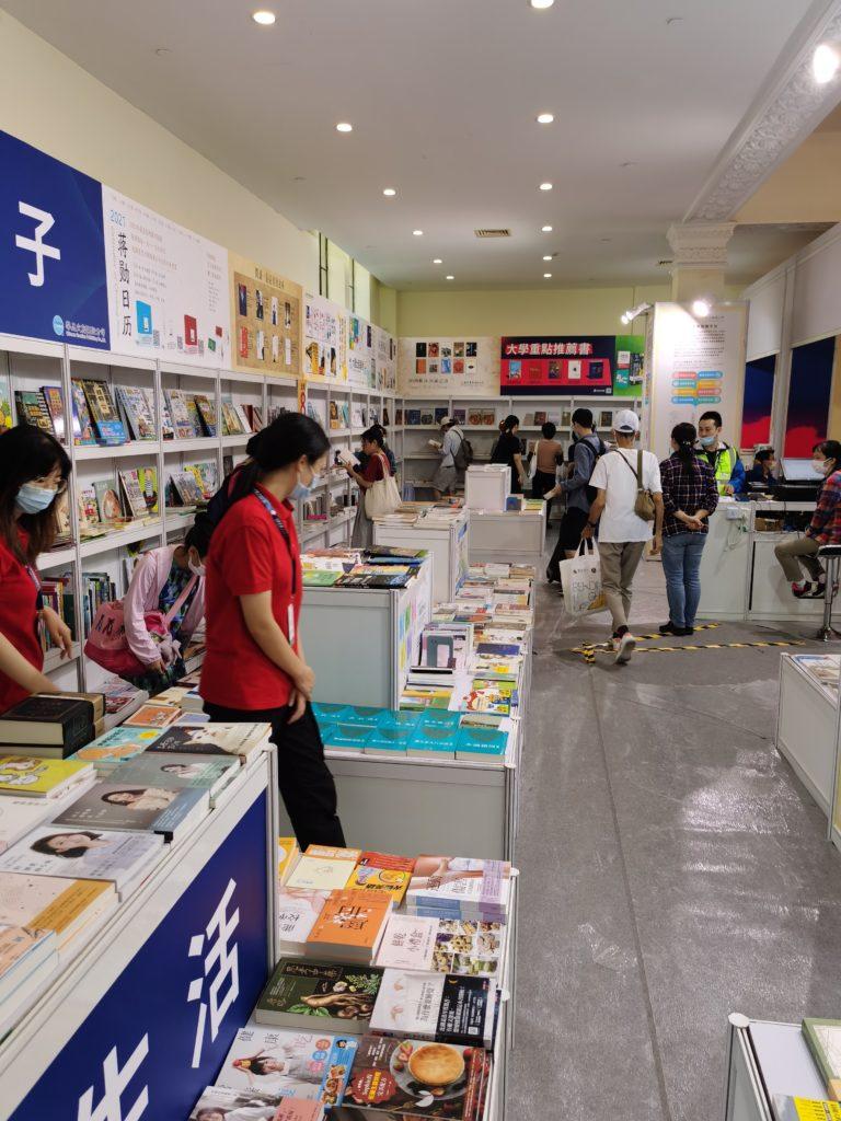 读者在台湾图书展区。该展区主要展出华品文创出版股份有限公司引进的图书。除在线出版展台外,台湾图书展区是最为冷清的。