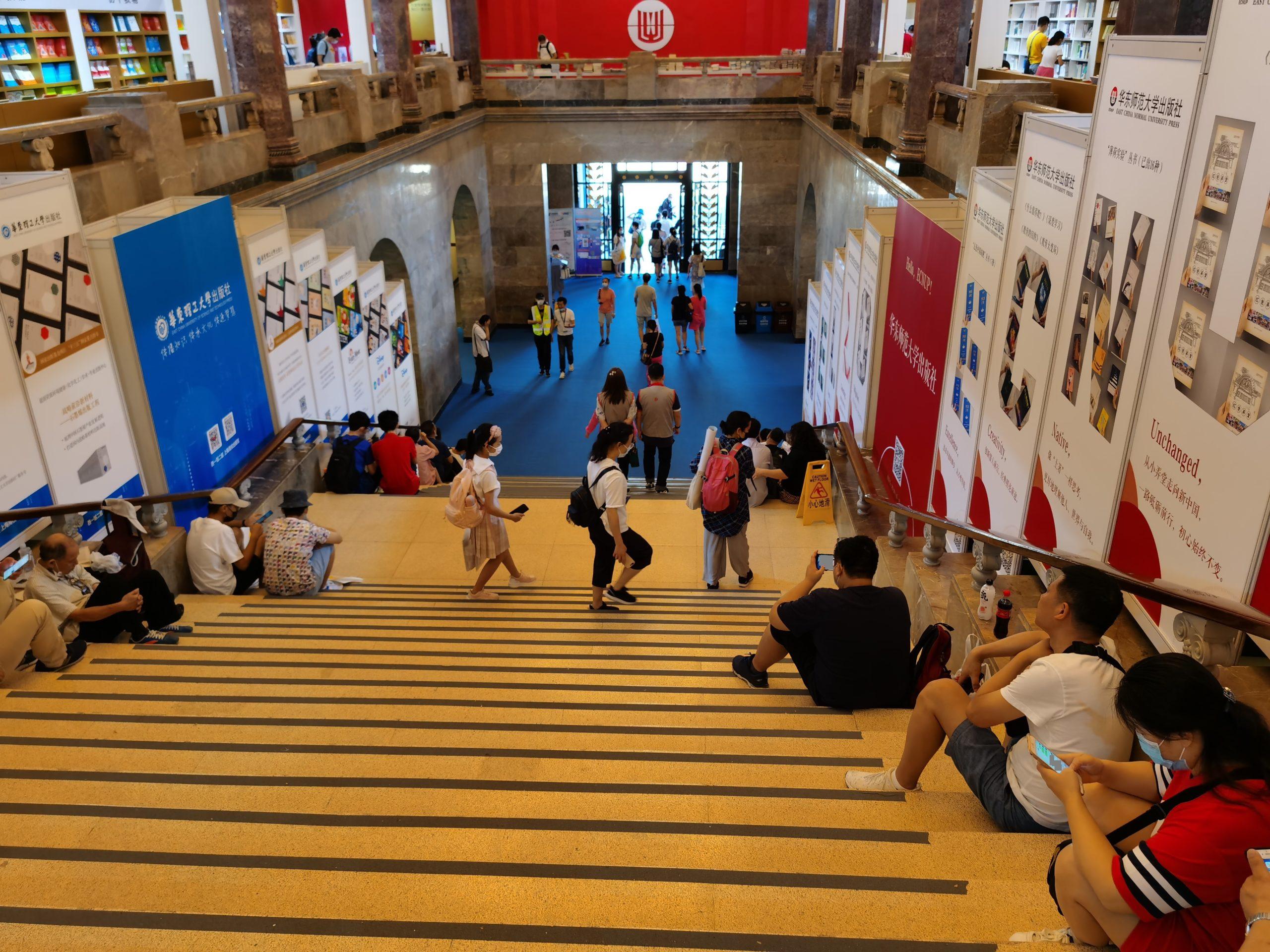 读者在展览馆的楼梯上小憩